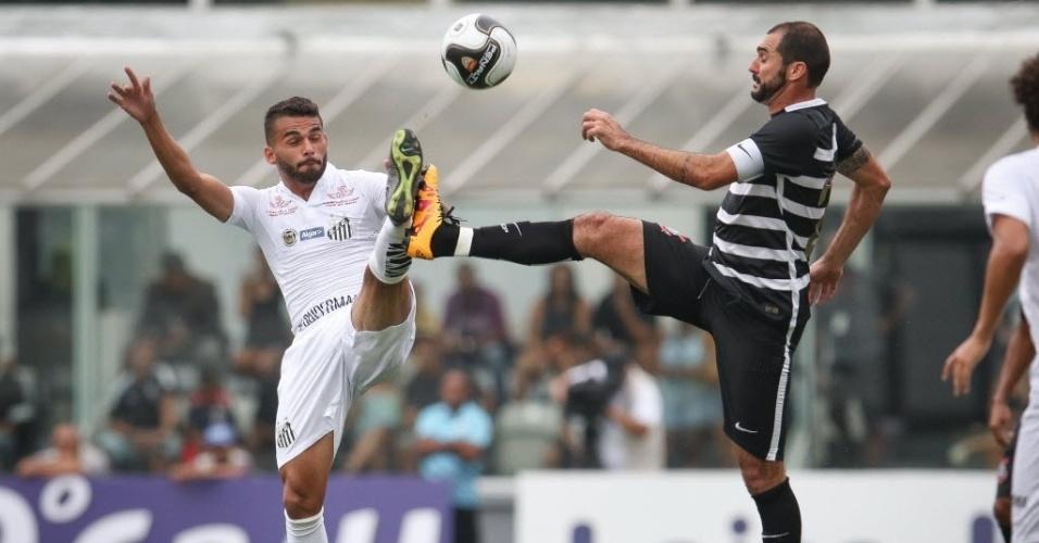 Thiago Maia (Santos) e Danilo (Corinthians) disputam bola pelo alto no clássico na Vila Belmiro