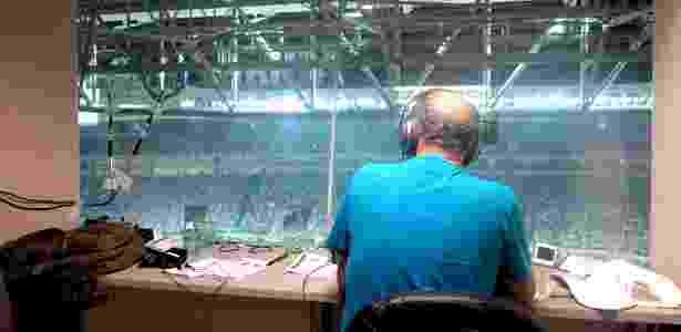 José Silvério, da rádio Bandeirantes, transmite Palmeiras x Nacional no Allianz Parque - Adriano Wilkson/UOL - Adriano Wilkson/UOL