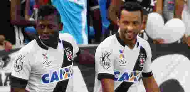 Riascos e Nenê comemoram após gol do Vasco sobre o Sampaio Corrêa - Honório Moreira/Futura Press