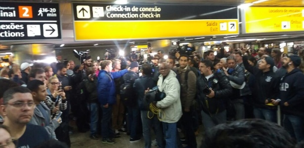Jogadores foram cercados por torcedores e jornalista no retorno ao Brasil