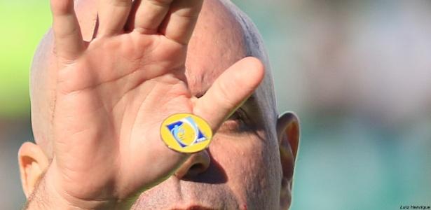 Cara ou coroa já era! Heber Roberto Lopes usa uma ficha com logo da Fifa