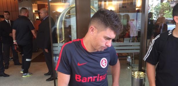 Alex estava com semblante sério no contato com a imprensa no hotel em Copacabana