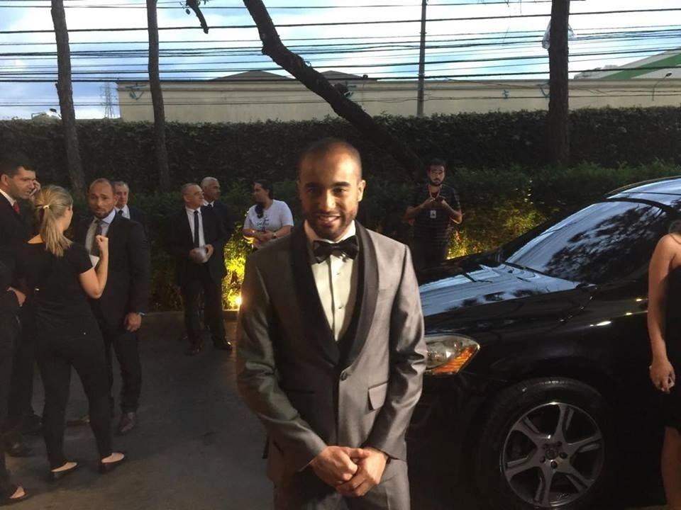 Lucas vestido para seu casamento, em São Paulo