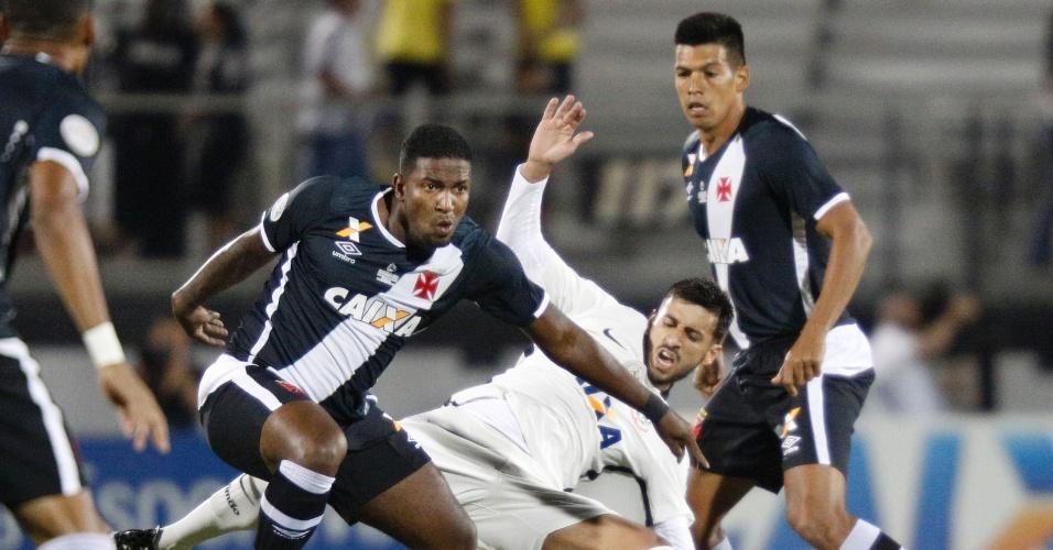 O atacante Thalles, do Vasco, tenta se livrar do volante Camacho, do Corinthians, em partida válida pela Florida Cup