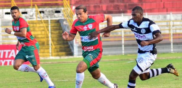 Leandro Domingues disputa a bola na partida entre XV de Piracicaba e Portuguesa pela Série A2 do Campeonato Paulista