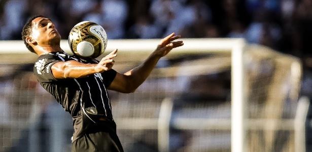 Pablo, zagueiro do Corinthians, domina a bola em decisão com a Ponte