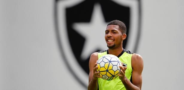 Matheus Fernandes em treino do Botafogo, em General Severiano
