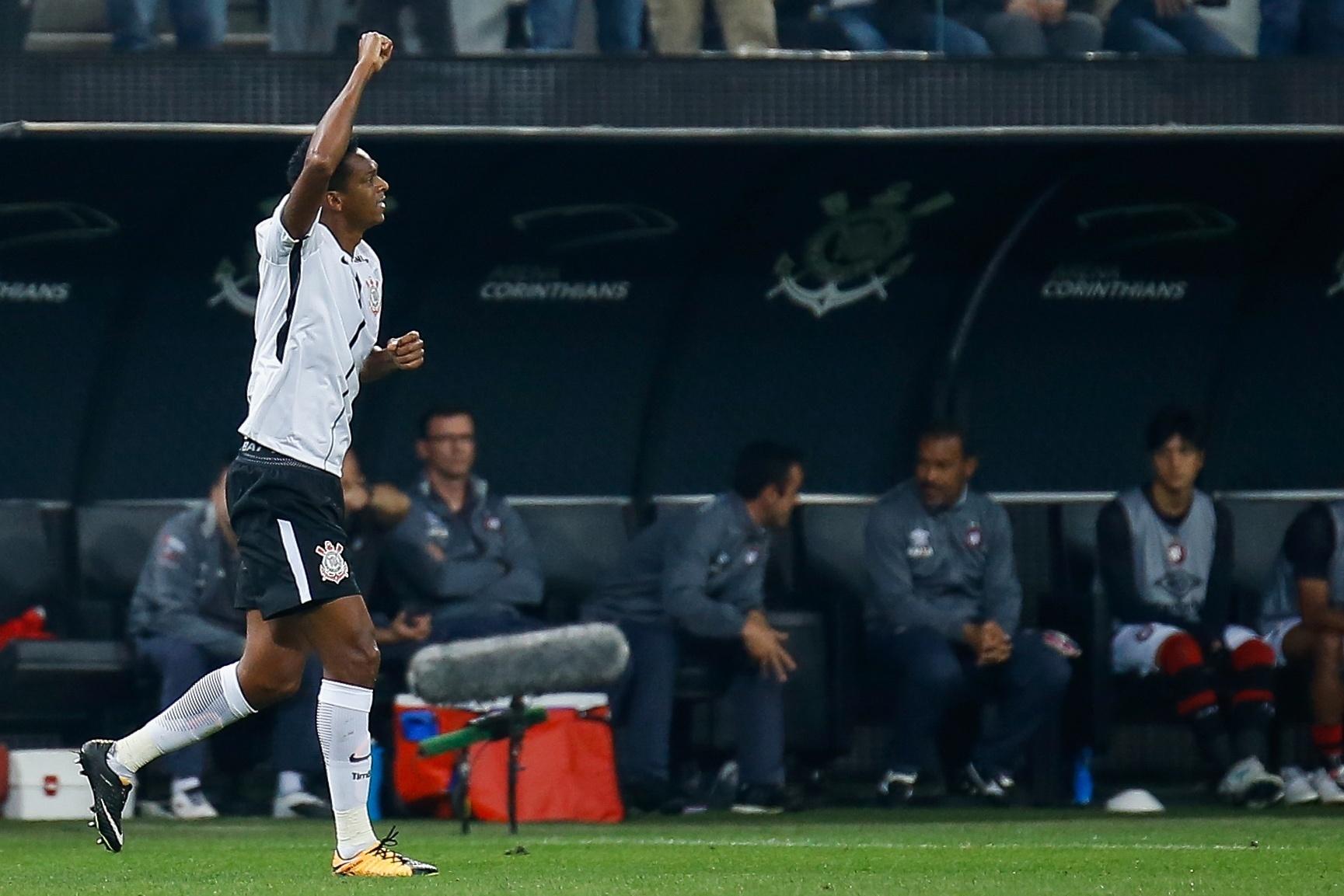 Jô comemora gol do Corinthians em casa diante do Atlético-PR pelo Campeonato Brasileiro 2017