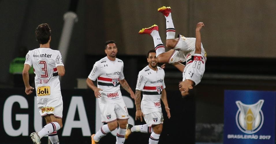 Hernanes comemora o gol de empate do São Paulo