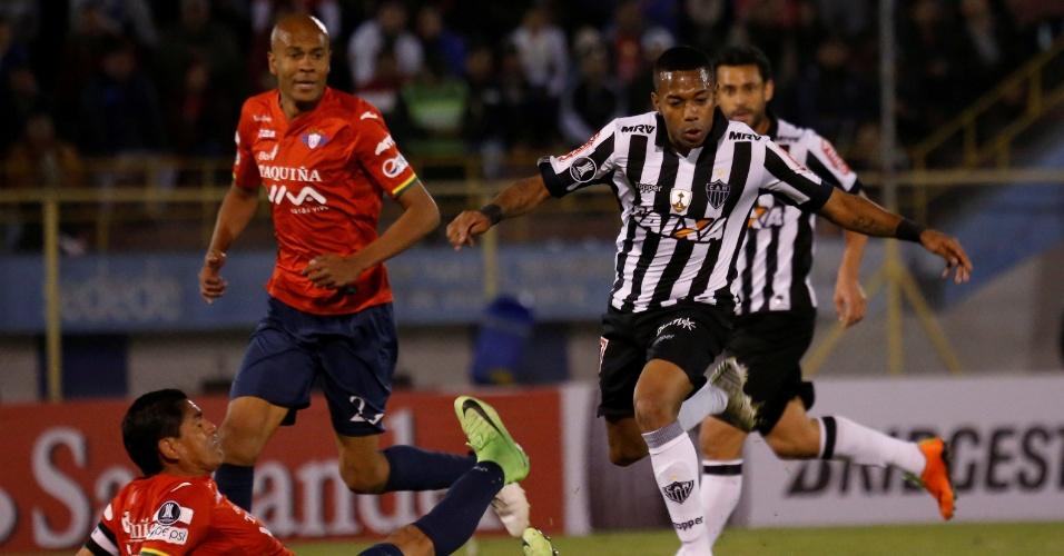 Robinho, do Atlético-MG, tenta finalização em jogo contra Jorge Wilstermann observado por Alex Silva
