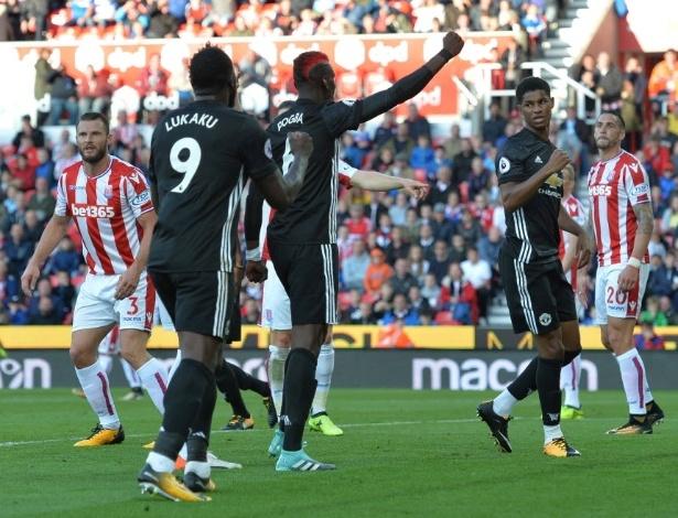 Pogba comemora com Rashford o primeiro gol do United