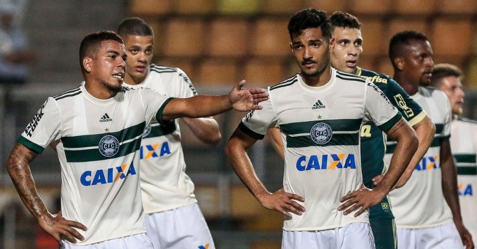 Carleto conversa com Alan Santos na derrota do Coritiba para o Palmeiras