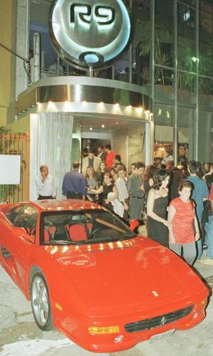 Ferrari de Ronaldo em frente ao seu bar, no Rio de Janeiro
