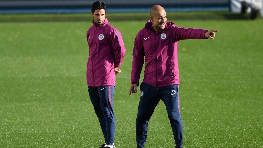 Mikel Arteta em treino do Manchester City ao lado de Pep Guardiola - Gareth Copley/Getty Images