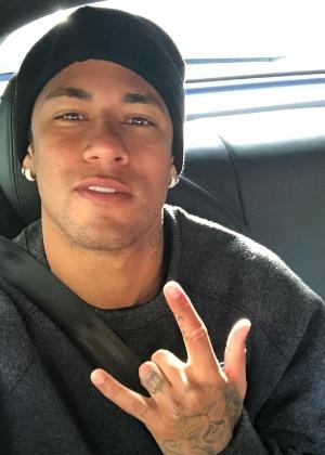 Neymar volta aos treinos com o rosto sem barba