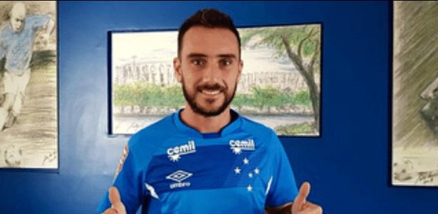 Mancuello posa com a camisa do Cruzeiro
