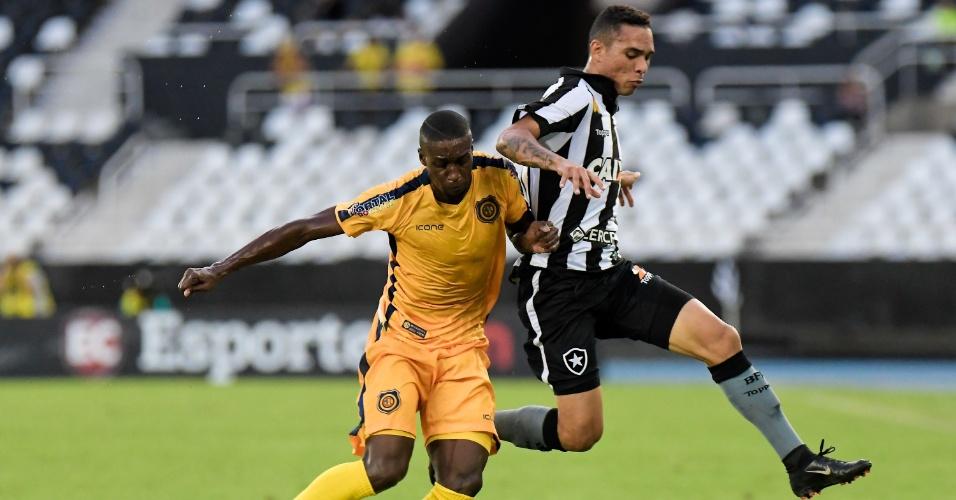 Luiz Fernando, do Botafogo, disputa a bola com jogador do Madureira