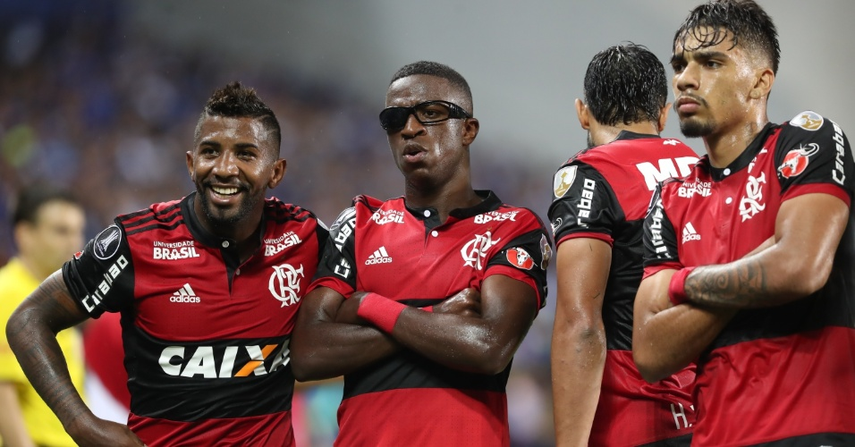 Vinicius Júnior comemora o gol da vitória no Equador com óculos atirado pela torcida
