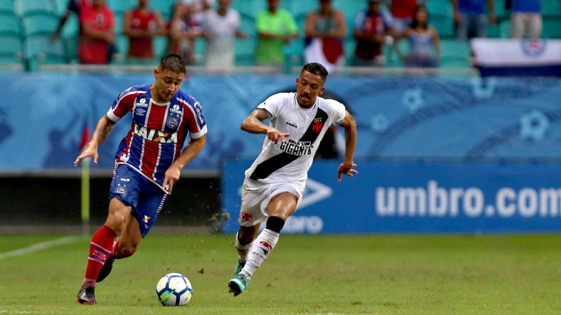 Jogadores de Bahia e Vasco disputam bola em partida do Campeonato Brasileiro