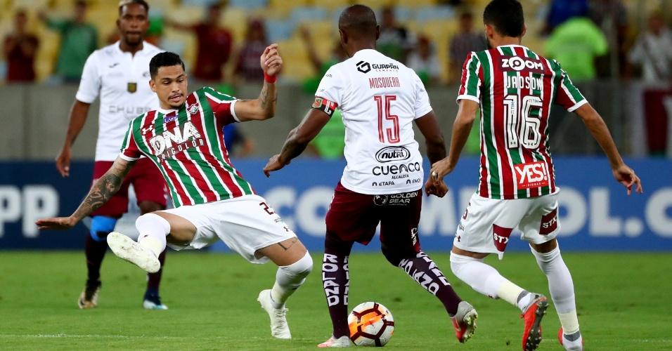Richard tenta desarmar Mosquera no jogo entre Fluminense e Deportivo Cuenca