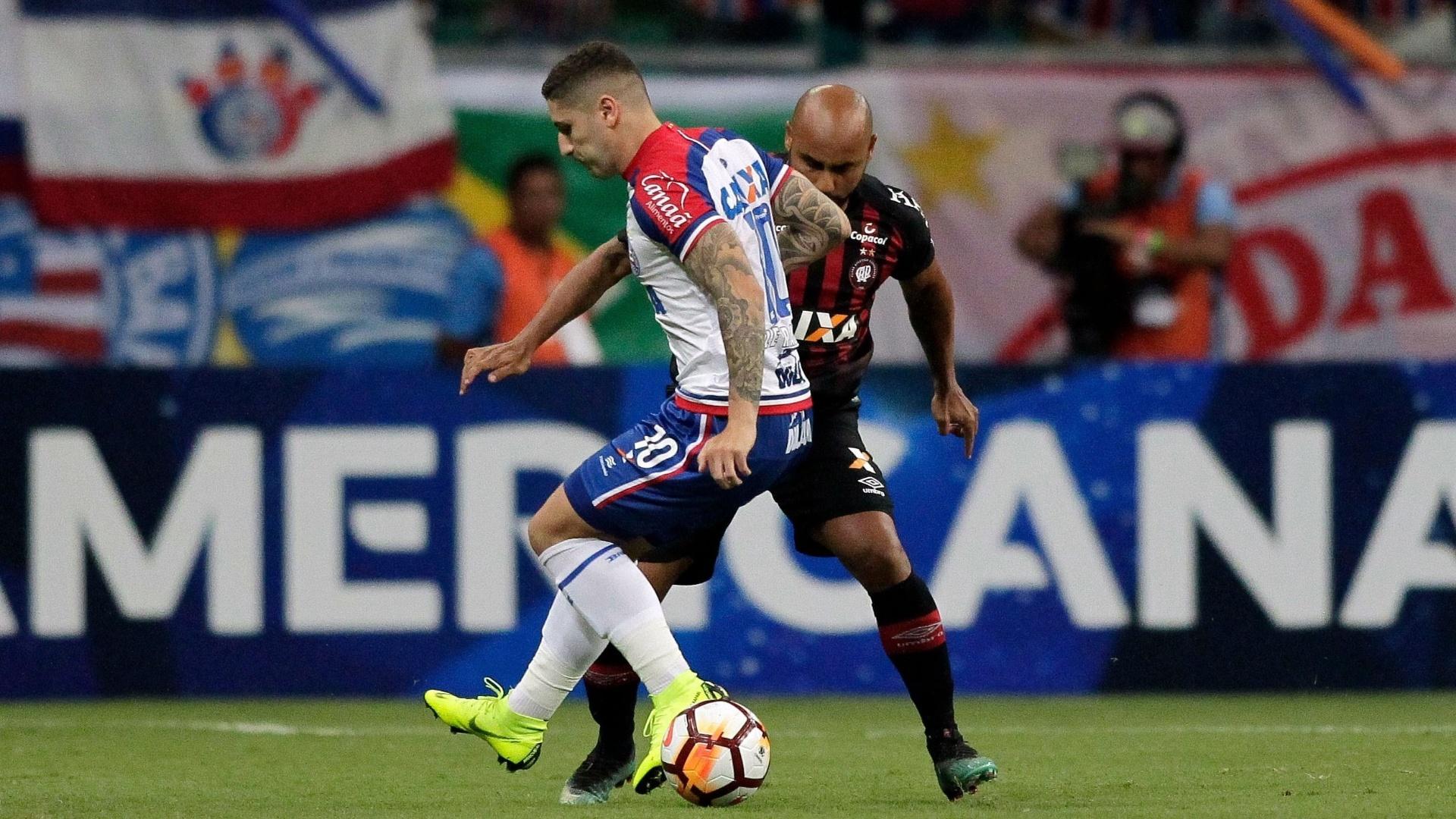 Zé Rafael e Jonathan disputam bola durante Bahia x Atlético-PR