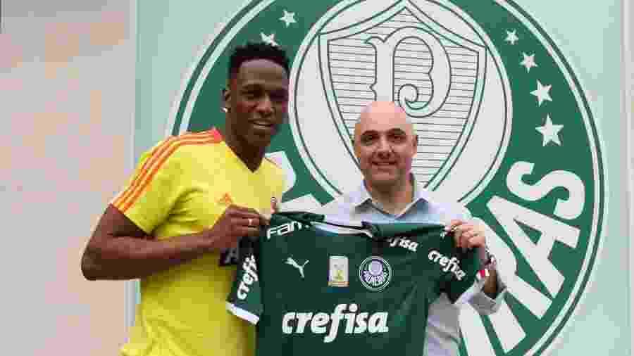 Mina recebe camisa do Palmeiras das mãos do presidente do clube, Maurício Galiotte  - Fabio Menotti/Ag. Palmeiras/Divulgação