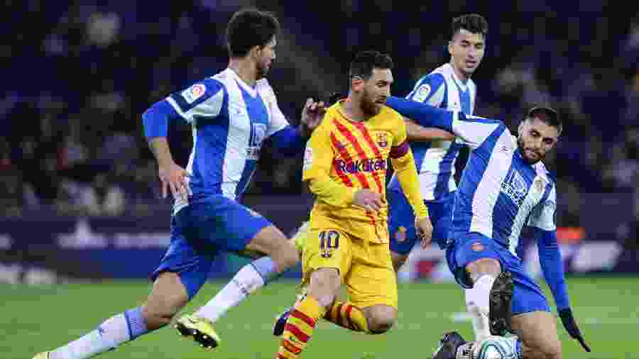 Lionel Messi em lance entre Barcelona e Espanyol pelo Campeonato Espanhol - Pau Barrena/AFP
