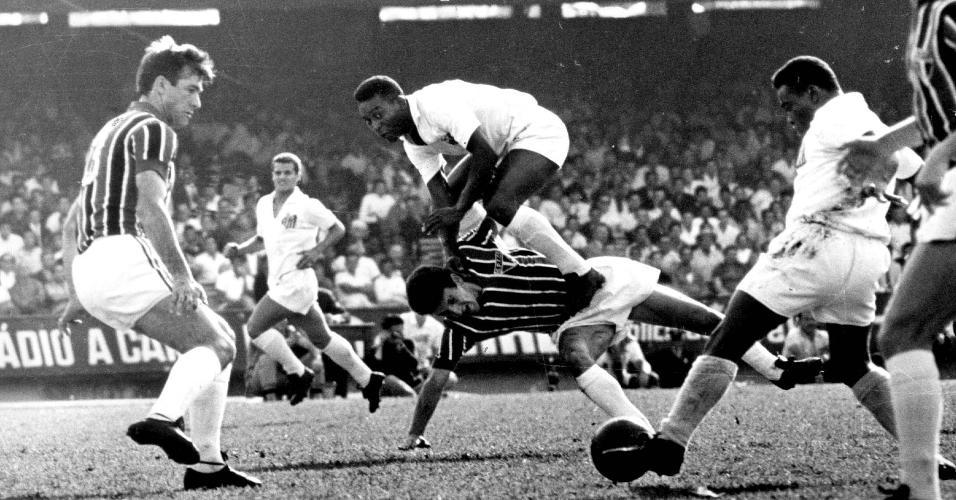 Em jogo contra o São Paulo, em 11/10/1964, Pelé salta sobre o zagueiro Roberto Dias à espera do passe de Coutinho (com a bola)