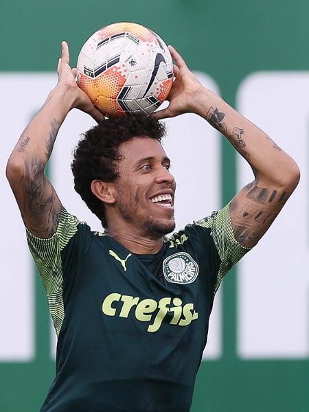 Marcos Rocha cobra lateral durante treino no Palmeiras - Cesar Greco