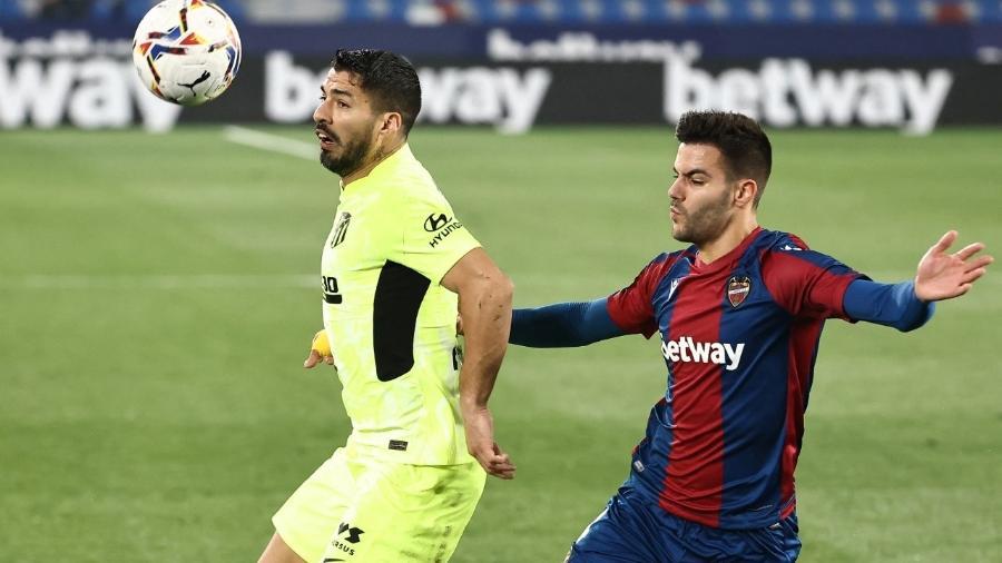 Luís Suárez recebe bola durante partida entre Atlético de Madri e Levante, pelo Campeonato Espanhol  - JOSE JORDAN / AFP