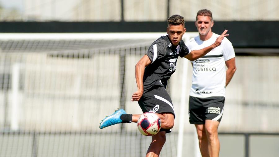 Colombiano Cantillo é observado de perto por Vagner Mancini durante treinamento no CT Joaquim Grava - Rodrigo Coca/ Ag. Corinthians