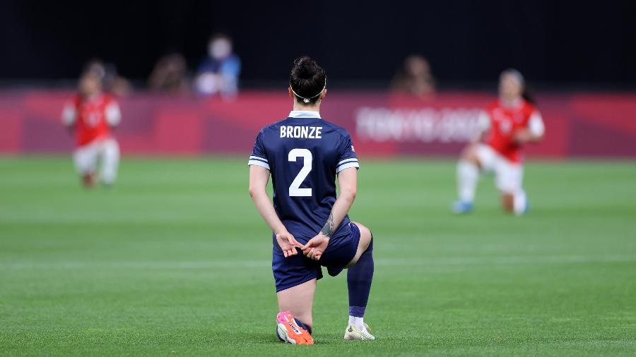 Jogadoras das seleções de futebol feminino de Grã-Bretanha e Chile ajoelham antes de a bola rolar na estreia nos Jogos Olímpicos de Tóquio - Masashi Hara/Getty Images