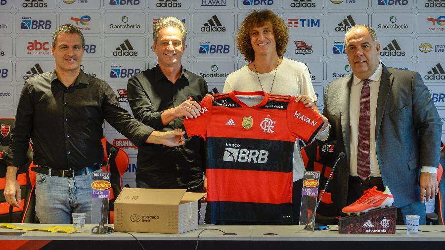 Bruno Spindel, Rodolfo Landim, David Luiz e Marcos Braz seguram a camisa do Flamengo, na apresentação do jogador ao clube - Marcelo Cortes / Flamengo