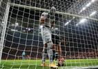 Como assim? Goleiro da Lazio comete falha bizarra na Liga Europa; veja - REUTERS