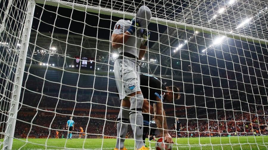 Strakosha, goleiro da Lazio, comete falha em partida da Liga Europa - REUTERS