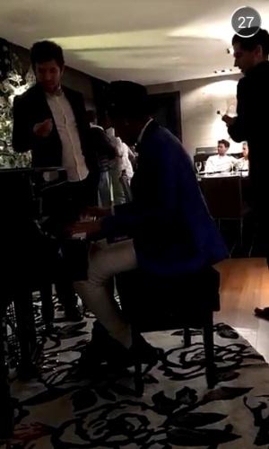 Ring girl Jhenny Andrade mostra Neymar tocando piano na festa de Réveillon do atacante em Barcelona