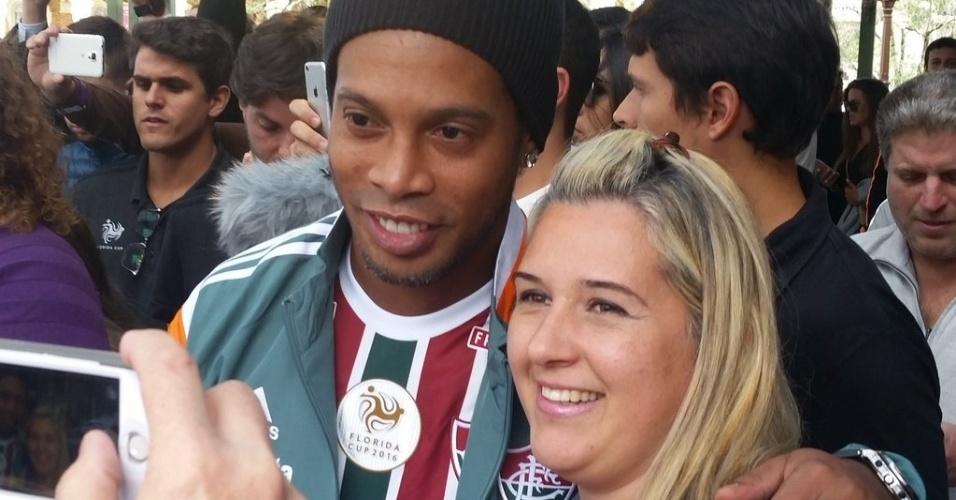 Ronaldinho Gaúcho posa com fãs durante a Parada da Disney. Jogador foi o representante do Fluminense no evento