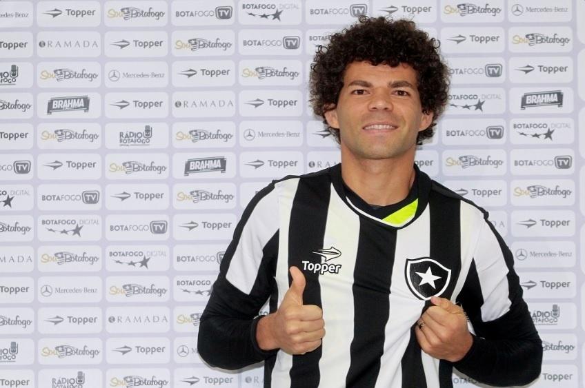 Camilo é apresentado como novo reforço do Botafogo