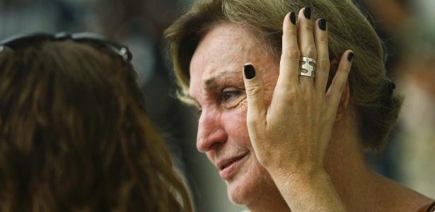Marines Spinosa, mãe do jornalista Lilácio Pereira Júnior, chega à Assembleia Legislativa de SP para o velório do filho, que morreu no acidente aéreo; ele trabalhava para a Fox Sports