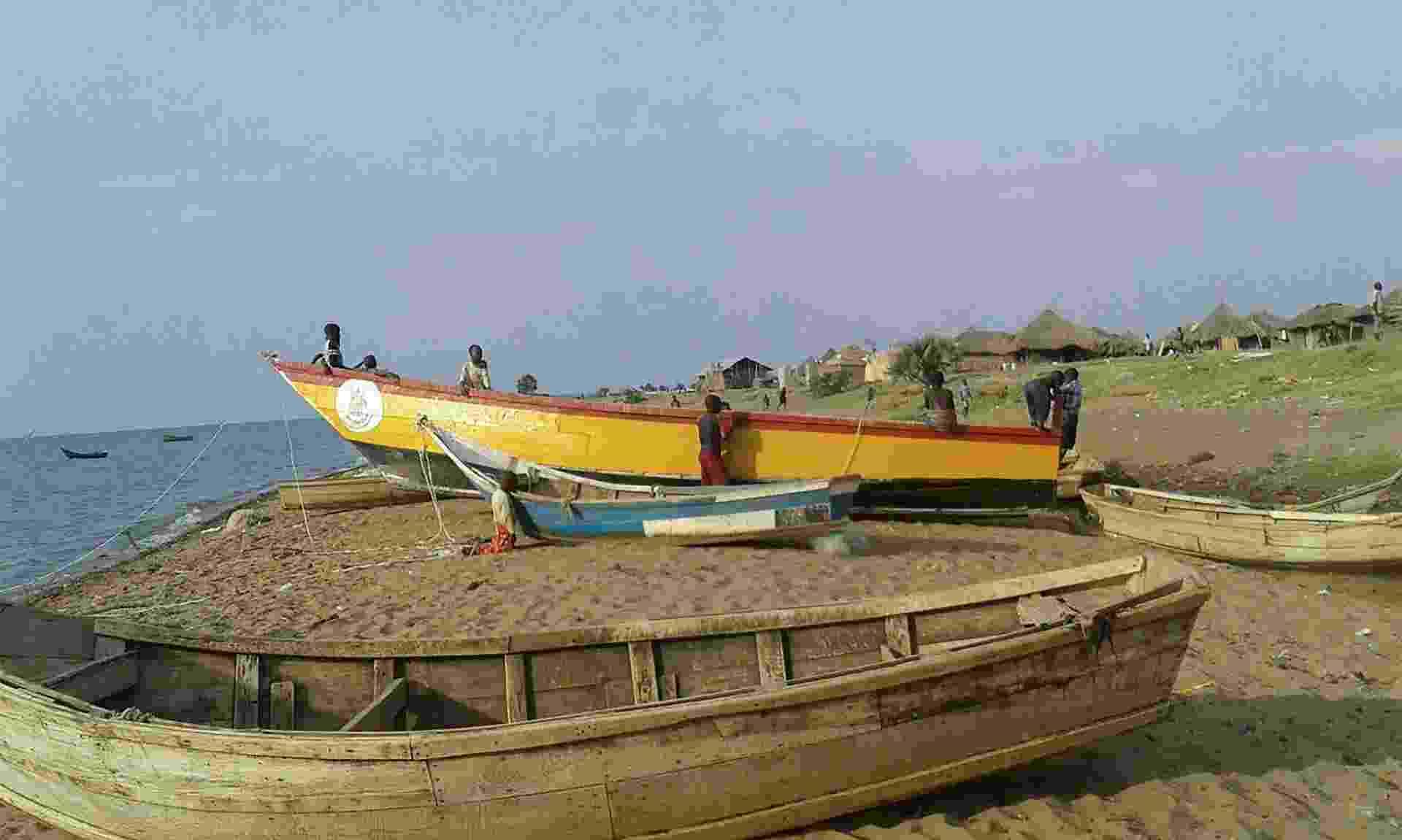 Um acidente de barco em Uganda registrou pelo menos nove mortes, segundo a imprensa local. A embarcação transportava 45 pessoas, entre torcedores e jogadores de um time amador local, quando afundou no Lago Alberto. Inicialmente, 15 pessoas sobreviveram - AFP Photo
