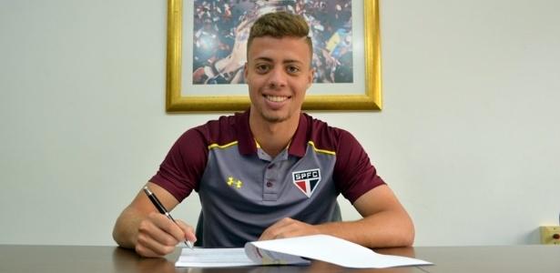 Lucas Fernandes assinou o contrato com o São Paulo até dezembro de 2021