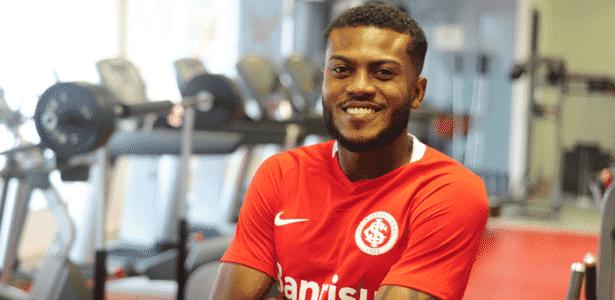 Marcelo Cirino com a camisa do Internacional, onde atuará até dezembro - Divulgação/Inter