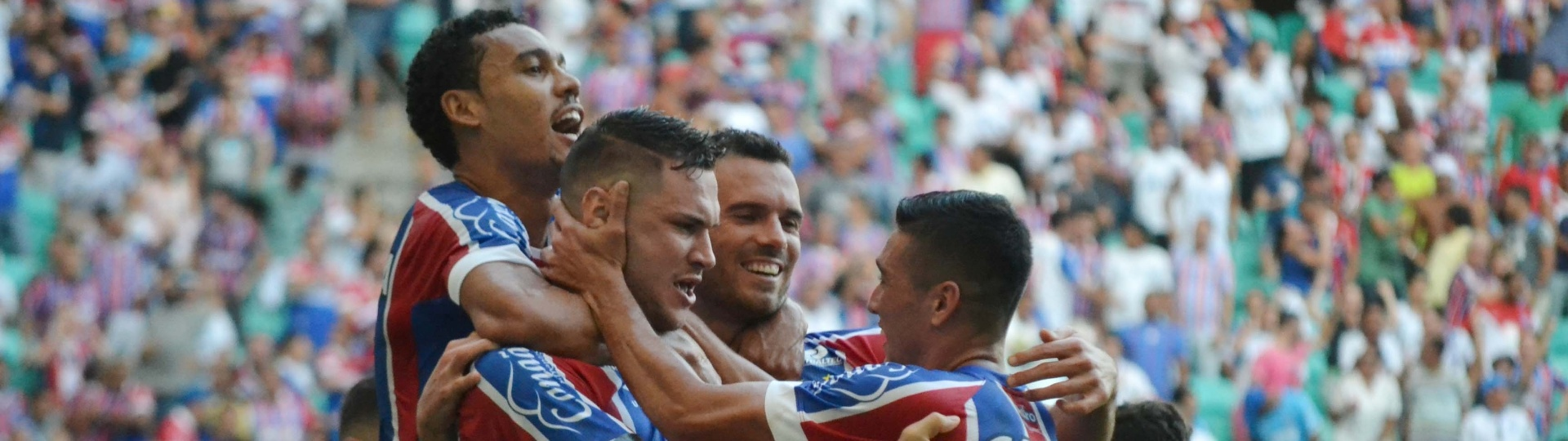 Jogadores do Bahia comemoram gol contra o Atlético-PR