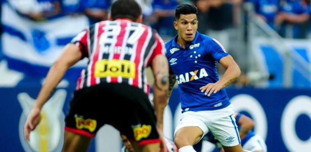 Lucas Romero, volante do Cruzeiro, em ação na partida contra o São Paulo