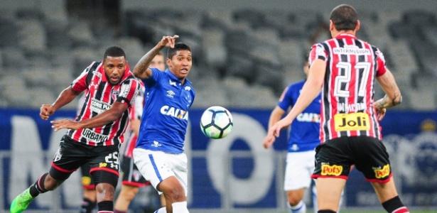 Raniel, atacante do Cruzeiro, em ação contra o São Paulo