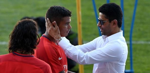 Nasser Al-Khelaifi em treinamento do PSG com Thiago Silva