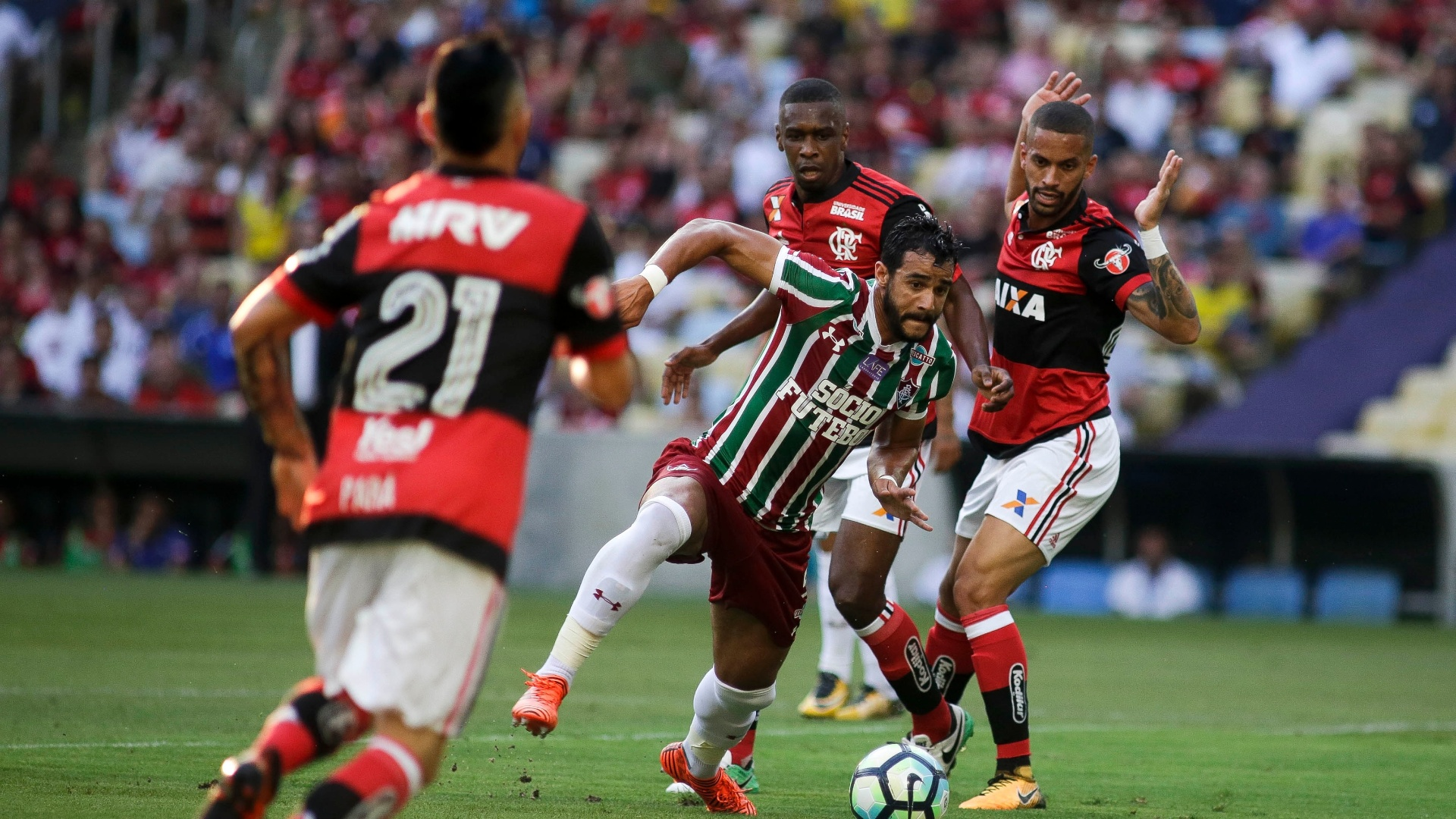 Henrique Dourado, do Fluminense, tenta vencer a marcação do Flamengo