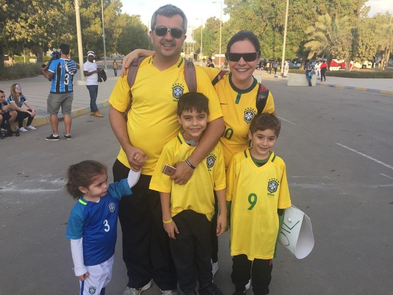 Torcer para o Grêmio também é uma forma de matar saudades do Brasil. O casal Alex e Renata Oliveira sente muita falta do país e dá para ver pela vestimenta . Eles moram em Dubai há dois anos e saíram da cidade do para acompanhar um time brasileiro. Mas engana-se quem pensa que eles são gaúchos. São cariocas e torcem para o Flamengo.