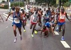 Queniano é tocado por brasileiro e cai na São Silvestre - Reprodução/TV Globo