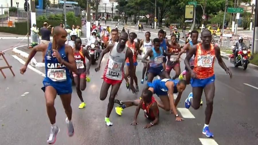 Brasileiro derruba queniano na São Silvestre - Reprodução/TV Globo